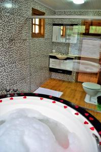 Um banheiro em Chalés Fazenda Vale da Mata