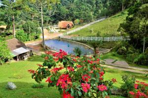 Uma vista da piscina em Chalés Fazenda Vale da Mata ou nos arredores