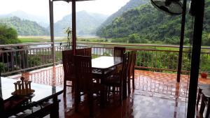 A balcony or terrace at Ba Be Lake Homestay - Quynh Chi