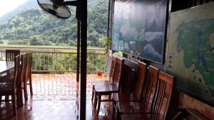 A balcony or terrace at Ba Be Lake Homestay - Quynh Chi