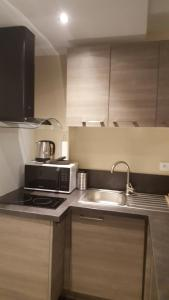 A kitchen or kitchenette at Le studio Cosy d'Angelique et David