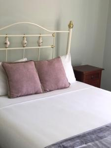 A bed or beds in a room at Lemonthyme Cottage