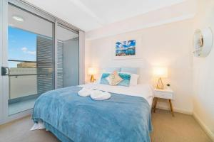 A bed or beds in a room at Near Airport & Train Station Stylish Two-Story Apartment