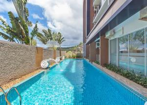 The swimming pool at or near Chic View Condo Karon