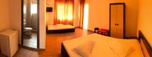 Un pat sau paturi într-o cameră la Vila Orient 2