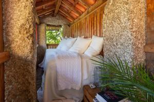 Uma cama ou camas num quarto em Casa do Eido - sustainable living & nature experiences