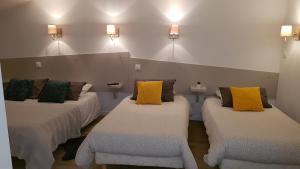 Un ou plusieurs lits dans un hébergement de l'établissement Hôtel Alphée