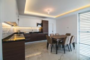Кухня или мини-кухня в Elite Marine Residence apartment