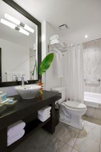 A bathroom at Spanish Court Hotel