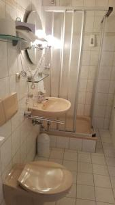 A bathroom at Hotel Sachsenhof