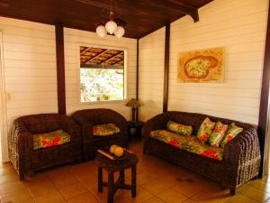 A seating area at Chalés Aguaí