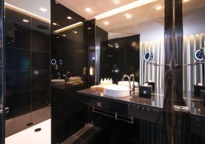 A bathroom at Azor Hotel
