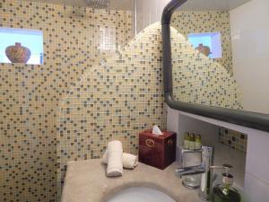 A bathroom at Le Petit Greek