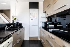 Cuisine ou kitchenette dans l'établissement Monplaisir