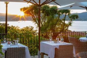 A restaurant or other place to eat at La Bastide d'Antoine