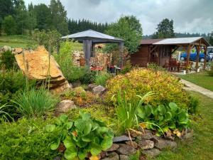 Ein Garten an der Unterkunft Pension Motel Anna