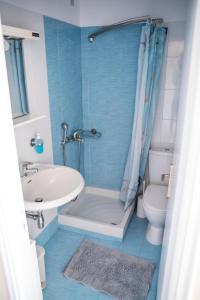 A bathroom at Zoumboulis Rooms