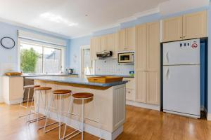 A kitchen or kitchenette at WALKIN ON SUNSHINE - STROLL TO BEACH BREAK