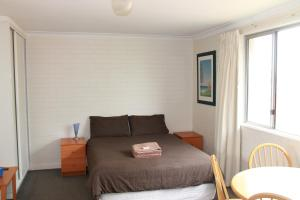 A bed or beds in a room at Malibu Apartments - Perth