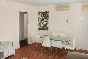 A seating area at Malibu Apartments - Perth