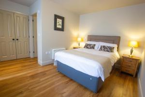 A bed or beds in a room at Cherry Blossom Suites