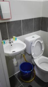 Bilik mandi di Aliya Muslims Homestay CH