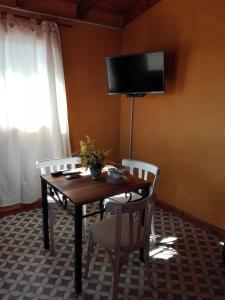 Una televisión o centro de entretenimiento en La Rueca
