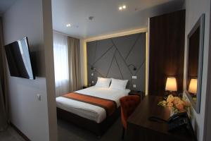 A bed or beds in a room at Hotel Avanta