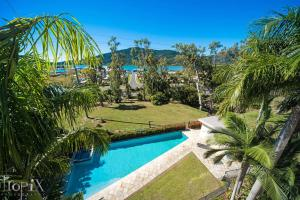 The swimming pool at or near Le Jarden Penthouse - Airlie Beach