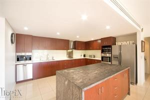 A kitchen or kitchenette at Le Jarden Penthouse - Airlie Beach