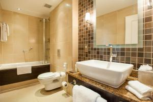 A bathroom at DoubleTree by Hilton Dunblane Hydro Hotel
