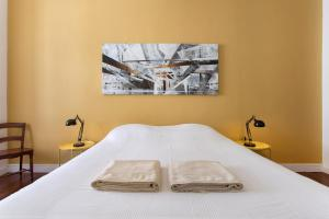 A bed or beds in a room at Lost Lisbon :: Cais House