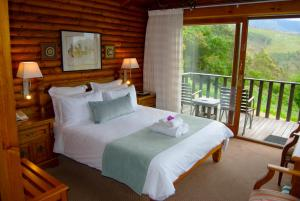 A bed or beds in a room at Eight Bells Mountain Inn