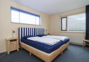 Een bed of bedden in een kamer bij Beach Resort Makkum Luxe Appartementen