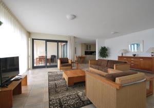 Een zitgedeelte bij Beach Resort Makkum Luxe Appartementen