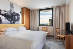 A bed or beds in a room at Four Points by Sheraton Padova
