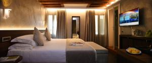 A bed or beds in a room at Rosa Salva Hotel