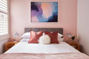 A bed or beds in a room at Contemporary Hideaway In Sydney's Historic Heart