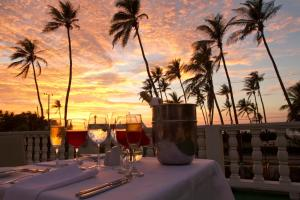 A restaurant or other place to eat at Hotel Caribe By Faranda Grand