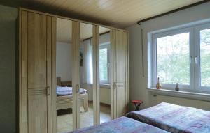 Ein Bett oder Betten in einem Zimmer der Unterkunft Holiday Home Lutzkampen V