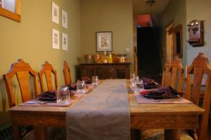 A restaurant or other place to eat at Country Encounters Accommodations