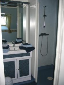 Salle de bains dans l'établissement Les Valtieres du Mont Saint Michel