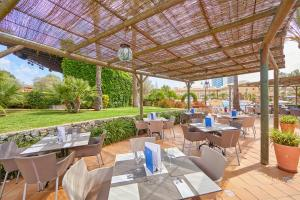 Restaurant ou autre lieu de restauration dans l'établissement Zafiro Can Picafort