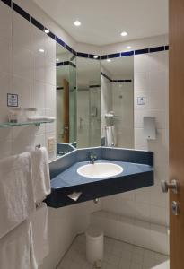 A bathroom at Holiday Inn Express Antwerpen City North