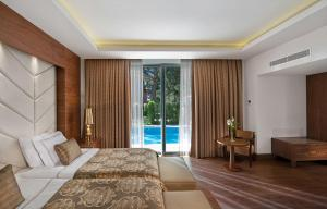 Skats uz peldbaseinu naktsmītnē Akka Antedon Hotel - Kids Concept vai tās tuvumā