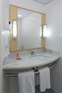 A bathroom at Ibis Aracaju