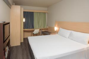 A bed or beds in a room at Ibis Aracaju