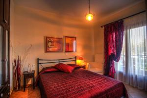 A bed or beds in a room at Anna Karra Studios & Apartments