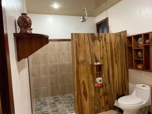 A bathroom at Vistadrake Lodge