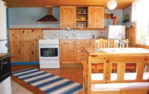 Ett kök eller pentry på Holiday home Svalungebyn Mellerud
